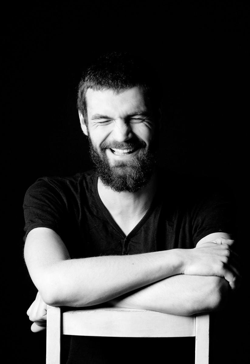 naeratav mees fotostuudios
