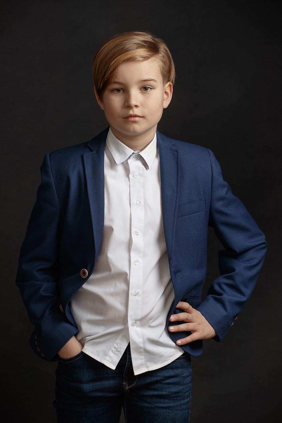 Poiss ülikonnas