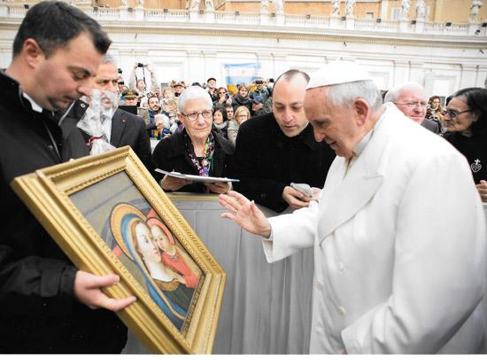 papa-Francesco-benedice-quadro-Madonna-ONANO