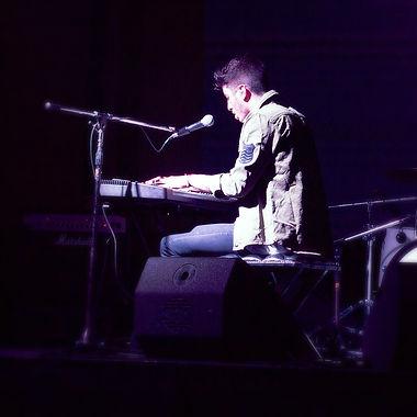 Franco Niro tocado el piano