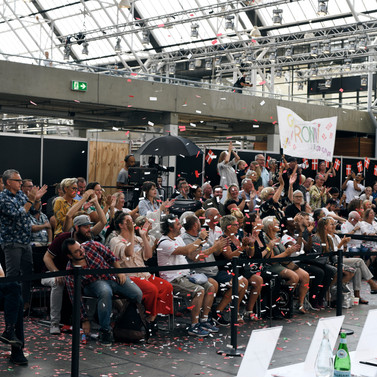 Publikum med banner Foto_Andreas Stenmann