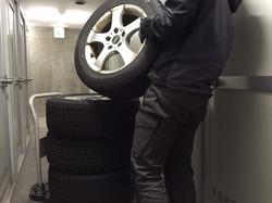 タイヤをしまいます
