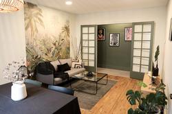 Vue d'ensemble d'un salon après aménagement et décoration