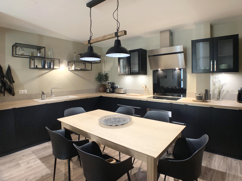 Aménagement et décoration d'une grande cuisine avec table pour manger