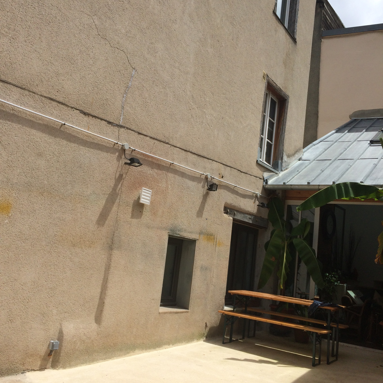 Cour d'origine, sans décoration et sans terrasse