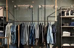 Vêtements dans une boutique