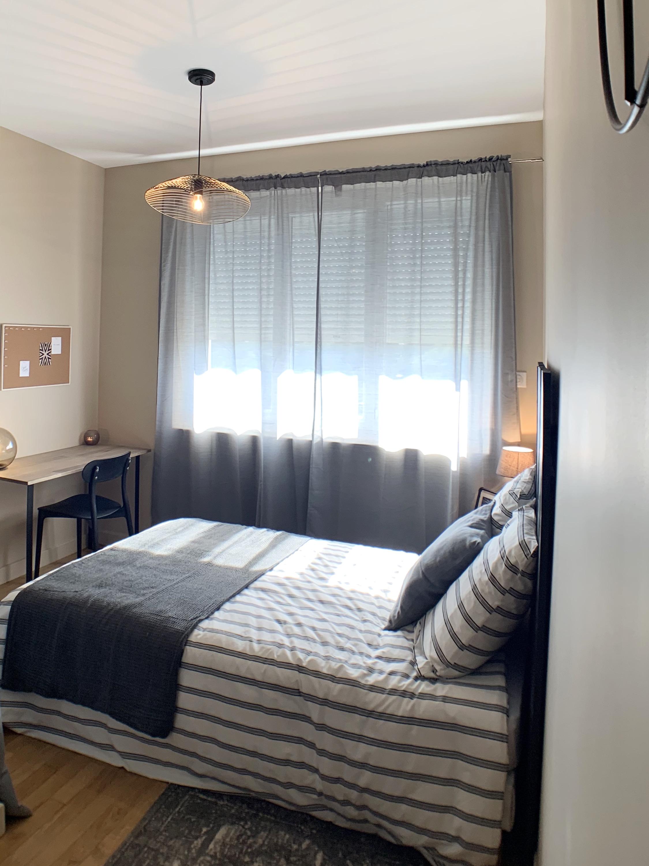 Chambre avec espace bureau après intervention de la décoratrice d'intérieur