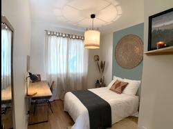 Chambre avec nouvelle décoration intérieure