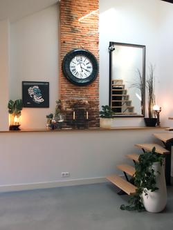 Nouvelle décoration du salon avec brique rouge et style industriel