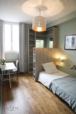 Aménagement et décoration d'une chambre avec espace bureau en home staging