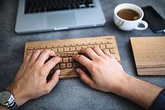Personne tapant sur un clavier d'ordinateur