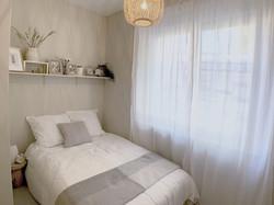 Chambre avec ambiance épurée et paisible, après nouvelle décoration intérieure