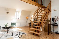 Coin salon avec escalier en bois, après relooking