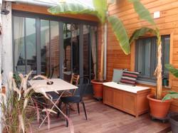 Aménagement de la cour extérieure avec terrasse