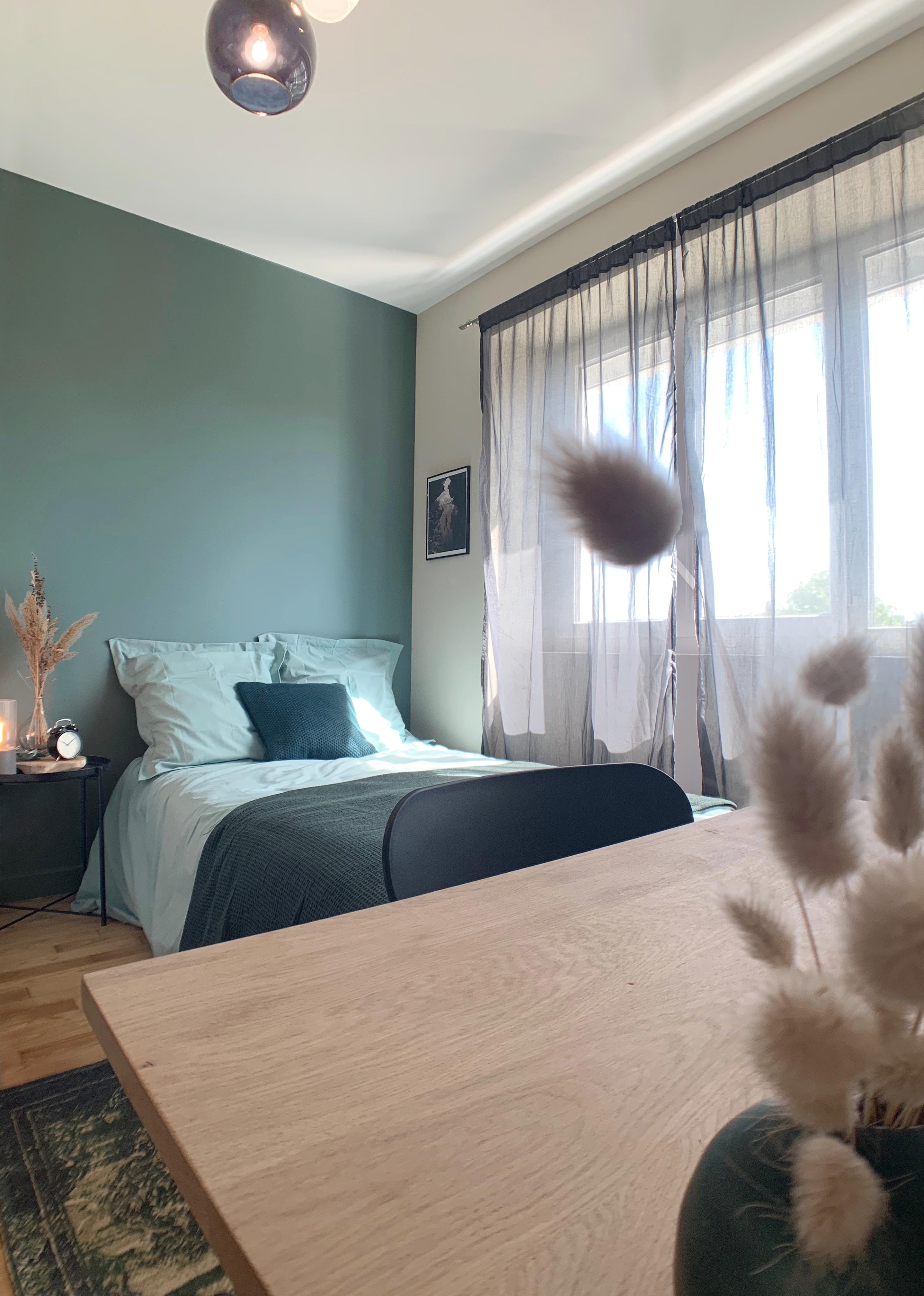 Chambre avec mur de couleur et nouvelle décoration intérieure