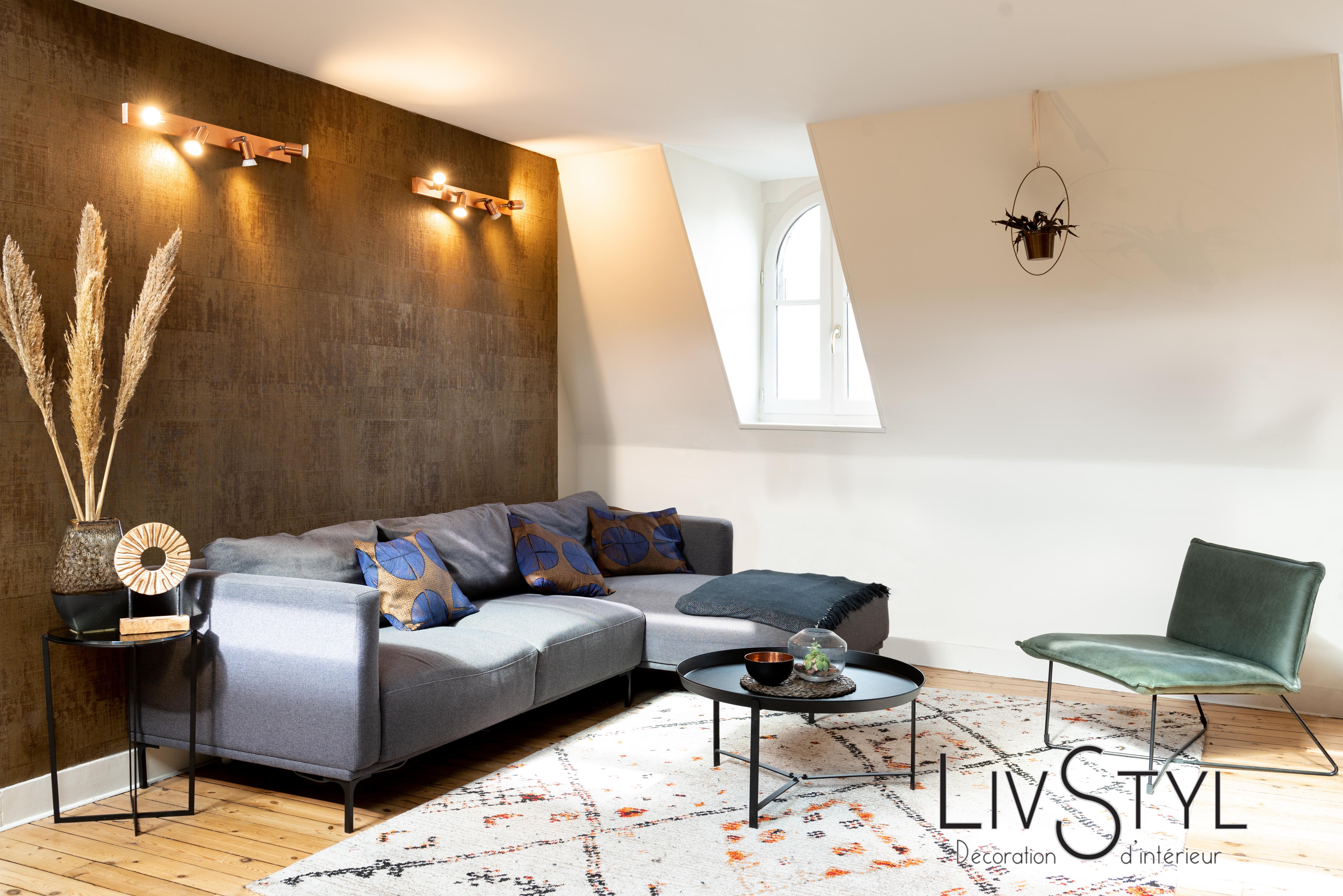 Décoration du salon avec canapé d'angle et papier peint ethnique