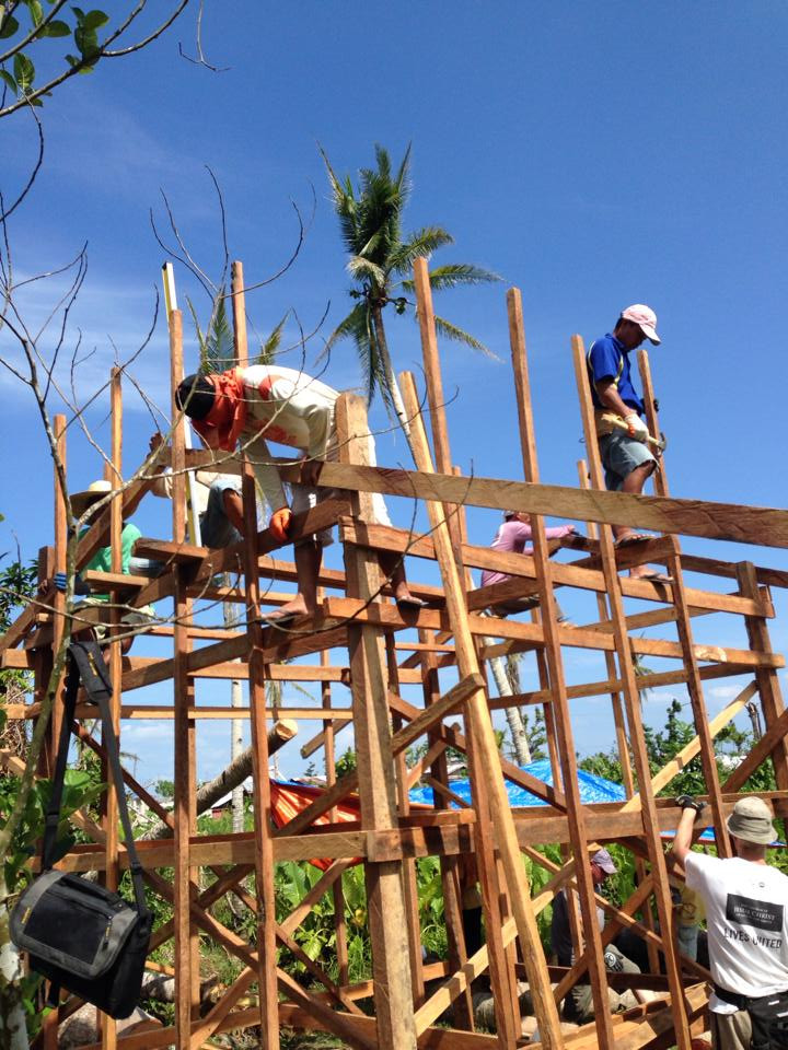 Filipino crew on a roof build | Yolanda aftermath | Tacloban