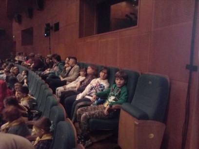 Nasi uczniowie na przedstawieniu Przygody Remusa