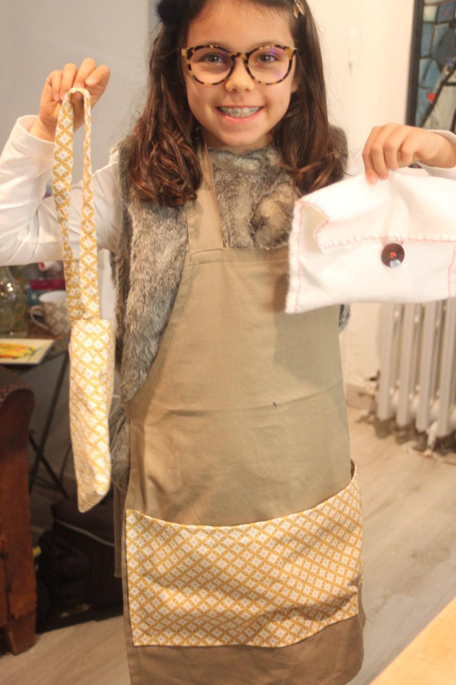 Créations et joie de la jeune couturière