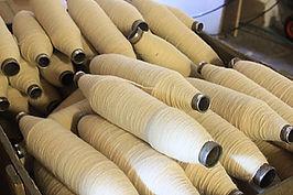 Matériaux, bobines et fils à l'atelier de couture Galon d'Ingres