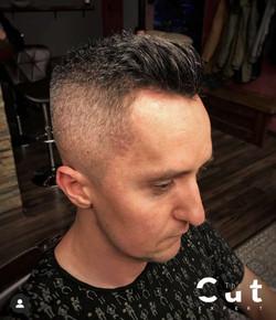 Pojawiające się siwe włosy u mężczyzny