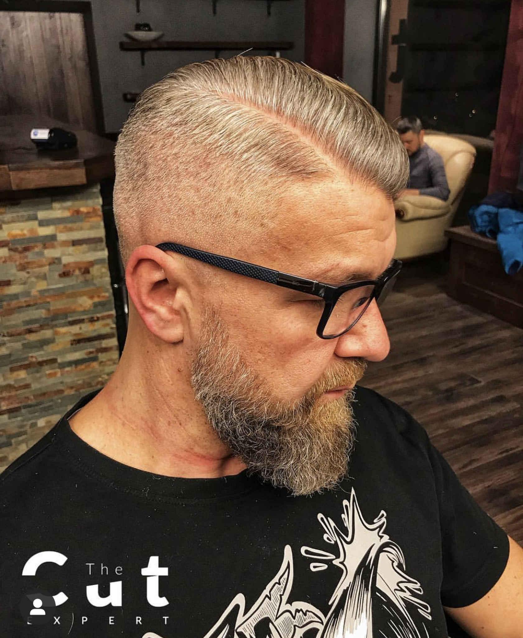 Siwe męskie włosy