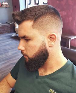Szybka fryzura i gęsta broda