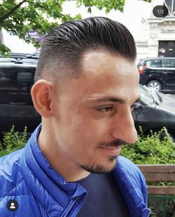 Klasyczna fryzura męska, niskie cieniowanie boków