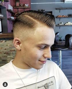 Dłuższe włosy męskie z przedziałkiem