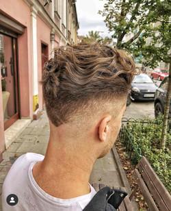 Falowane męskie włosy