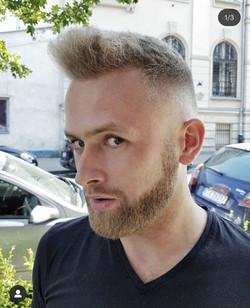 Kręcone włosy męskie - fryzura