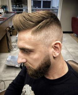 Rozrzucone, dłuższe włosy męskie
