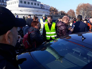 #GiletsJaunes carton plein, Macron carton rouge.