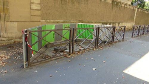 Puisque nous pouvons nous déplacer à notre guise dans Paris, sans nous soucier d'un chemin précis, nous poursuivrons cette promenade par quelques morceaux choisis (tous ont été vus avant-hier et hier, et nous n'avons choisi que quelques exemples rencontrés). Ainsi, boulevard des Invalides, on peut admirer une de ces installations de palissade de chantier dont nous parlions plus haut (ill. 21). On ne sait pas très bien à quoi celle-ci peut servir, sinon d'obstacle pour les nombreux aveugles qui passent ici (nous sommes devant l'Institut Valentin Häuy). Ou alors, ces barrières fixées sur des blocs de béton en forme de roue sont là pour empêcher que ceux-ci butent sur le bloc de béton en forme de roue qui se trouve au milieu. On ne sait pas très bien. Mais c'est festif.