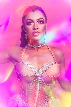 burlesque dancer zelia rose wearing a pink corset