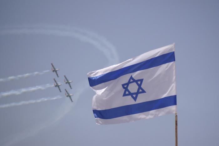 דגל ישראל על רקע המטס ביום העצמאות