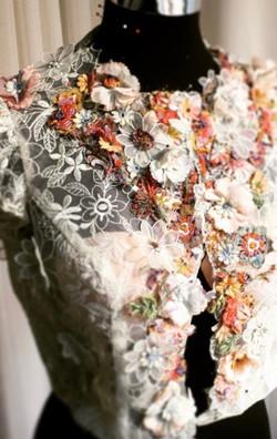 jasje geborduurd met mix van bloemen