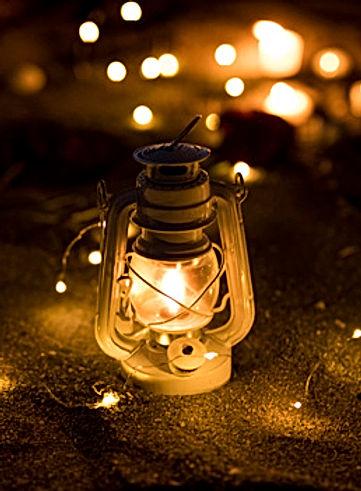 lanterne-guirlande-allumee-sable_23-2148