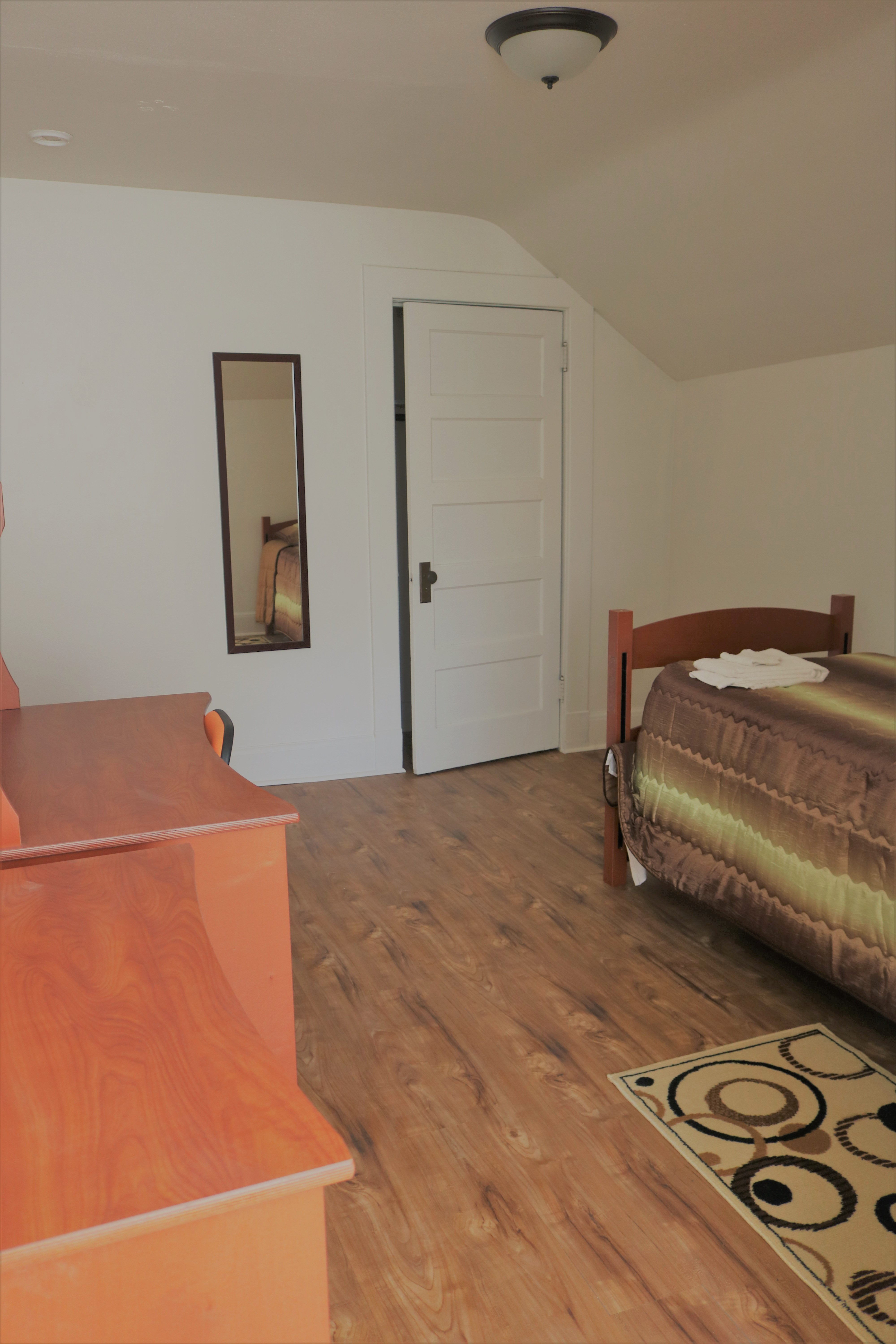 Junior size room with twin bed for r