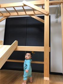 室内うんていと赤ちゃん