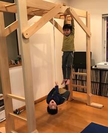ターザンロープで遊ぶ兄弟