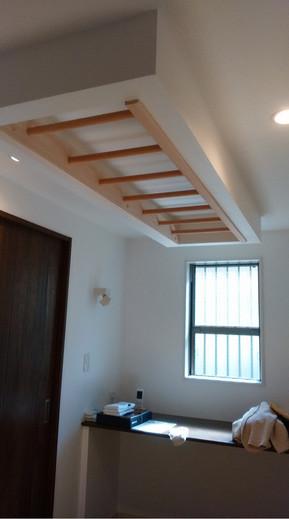 つり下げ天井にうんていを固定
