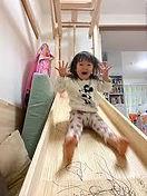 すべり台を滑る女の子