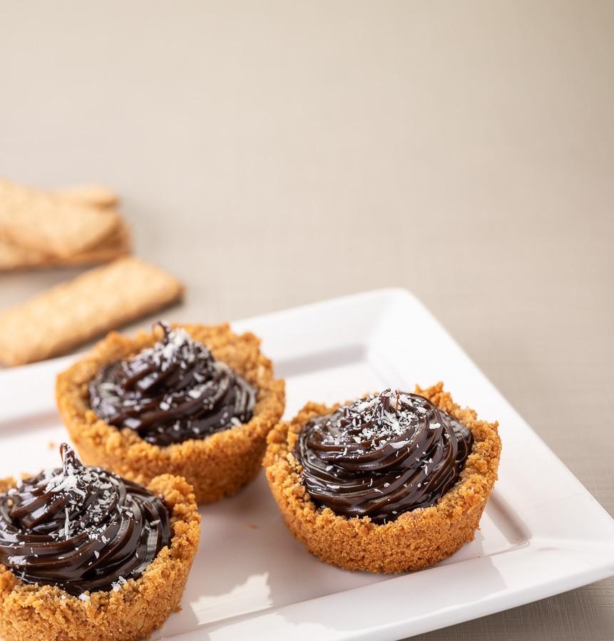 Tortinha de chocolate com coco.  Fotografia: Estúdio Malagueta  | Food Styling: Juliano Albano