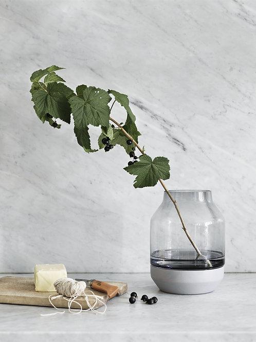 graue Elevated Vase von Muuto mit grünem Zweig