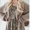 Frau trägt taupe farbenen Strickmantel mit Leo-Print Kleid