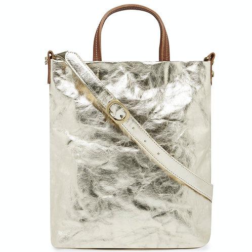Otti Bag metallic in Farbe Platin mit braunen Ledergriffen und platinfarbenem Umhängegurt, Vorderansicht