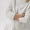 Detail wollweißer Pullover getragen von Frau mit überkreuzten Armen