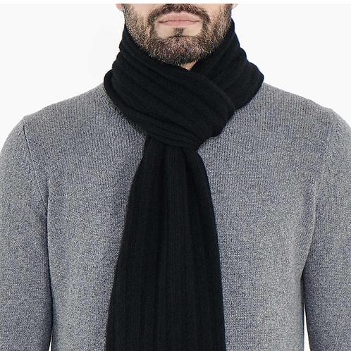 bärtiger Mann mit grauem Pullover trägt schwarzen Cashmere Schal