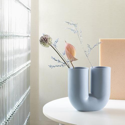 hellblaue Vase Kink von Muuto auf rundem Tisch
